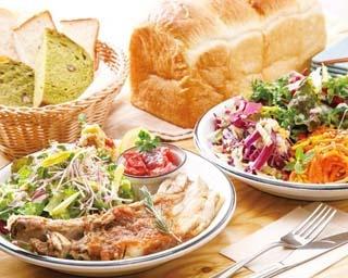 地元産の野菜などで作る日替わりのデリ