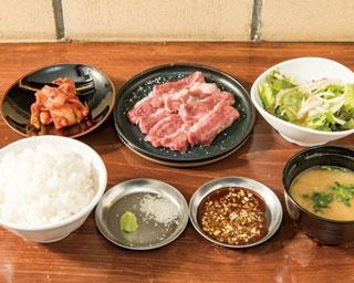 「YAKINIKU COWSI」。ランチタイムの「焼肉定食」(980円)は、サラダ、キムチ、ご飯、味噌汁付き