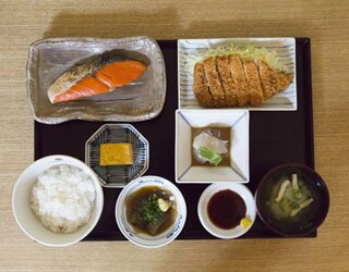 「野菜を食べる和食ごはん 週替りお野菜メイン 」(1000円)。ベジタリアンに人気の看板メニューだ。肉や魚は使わず、薄揚げや高野豆腐などを使用