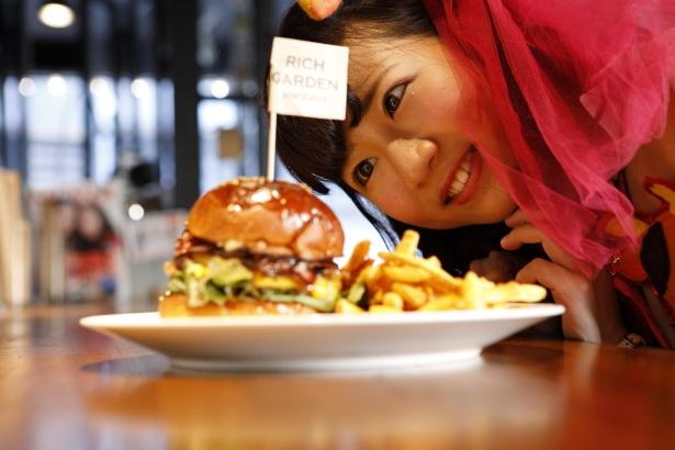 「こうやってハンバーガー見たら迫力が段違い!」