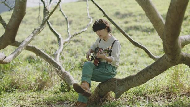 映画「メアリと魔女の花」の主題歌「Rain」を披露するFukase