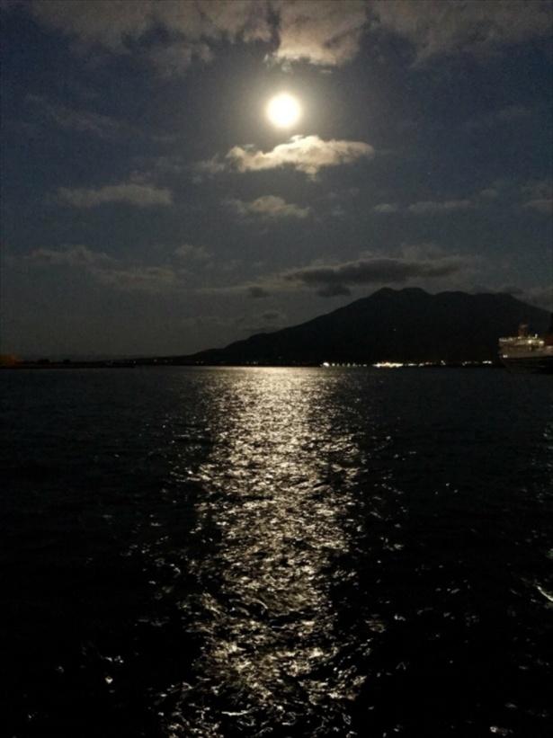 吉之助と月照が身を投げた、夜の錦江湾に浮かぶ満月が美しい。鈴木が公式ブログで公開した。