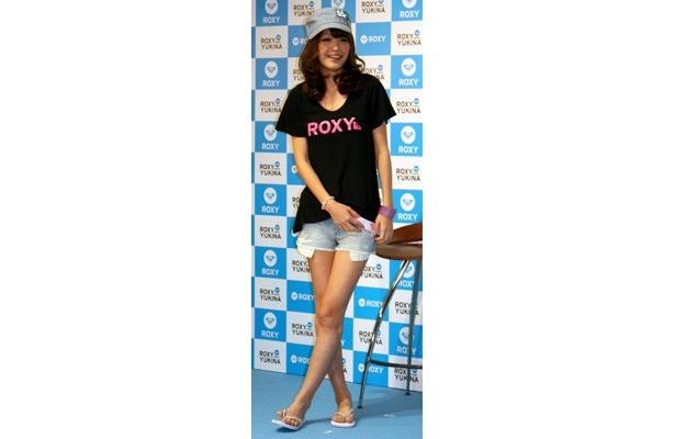 """""""1億円Tシャツ""""は、黒のTシャツの胸元にショッキングピンクの""""ROXYロゴ""""が入ったインパクトのあるデザイン"""