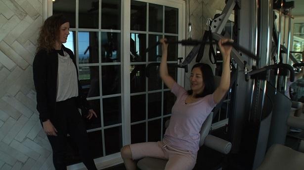 【写真を見る】ロサンゼルスにある豪邸で筋力トレーニングをする広瀬香美