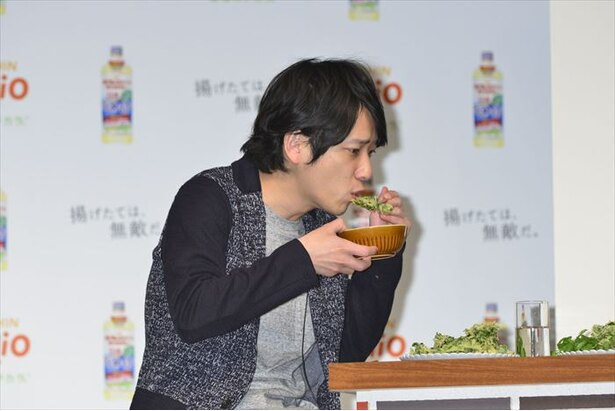【写真を見る】おいしそうに揚げ物を食べる二宮和也