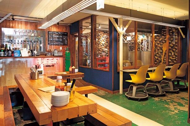 バーベキュー場のような店内。ガラス張りの醸造所は見学も可能/ブリューパブ センターポイント