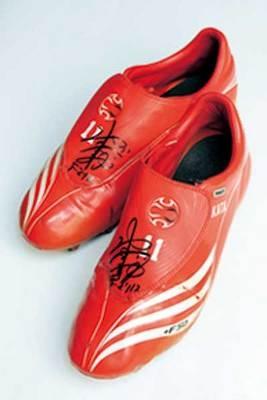 坂田選手自身が使っていたスパイクを磨いて、サインを入れてくれました