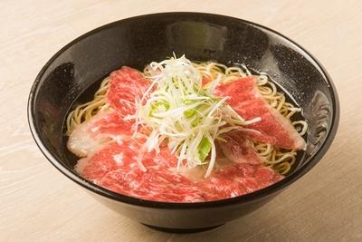 「極麺 松阪牛」(1000円)。具は松阪牛と白髪ネギのみ。しゃぶしゃぶのように肉をスープにくぐらせて、好みの火加減で味わう