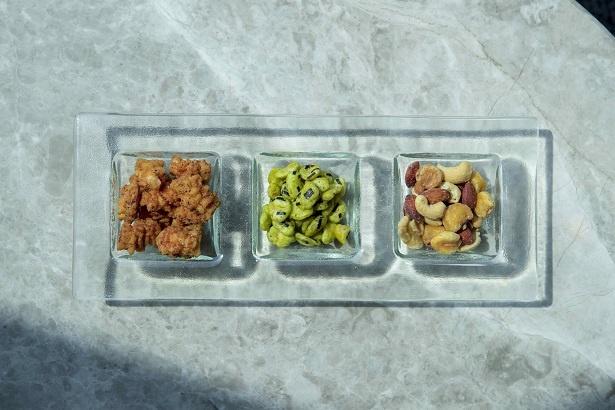 わさび味のそら豆やおかきなど、日本らしいおつまみで外国人ゲストもおもてなし。