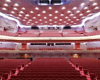 日比谷交差点から見た日生劇場。淡紅色の万成石による重厚な外装が目を引く