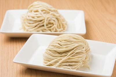麺は細ストレート(手前)が基本だが、+50円で平打ち(奥)にも変更できる。平打ちはよりモッチリとした食感