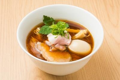 「特製醤油らーめん」(980円)。写真の麺は通常の細ストレートで、+50円で平打ち麺に変更もできる