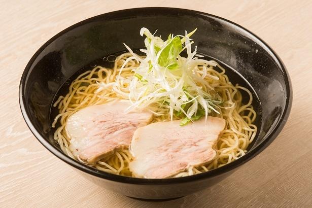 「極麺 松阪豚」(900円)。あっさりとした醤油ラーメンに、松阪ポークのチャーシューが2枚のる