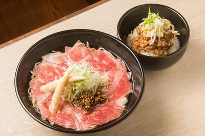 松阪牛と松阪ポークの両方を贅沢に味わいたい人は「極麺 特撰松阪牛」(1700円)と「松阪豚のそぼろ丼」をセットで