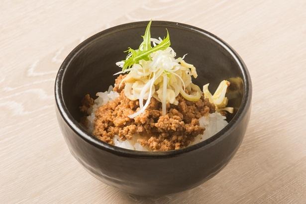 「松阪豚のそぼろ丼」(400円)。松阪ポークのそぼろは噛むほどに甘味が増す。短冊切りにした姫ダケの食感がアクセントに