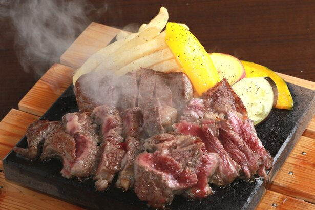 「赤身ステーキ」(1900円)。溶岩プレートに盛りつけられ、好みの焼き加減で味わえる