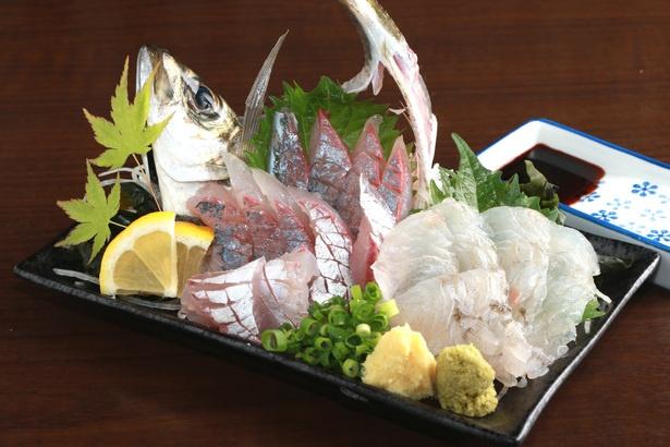 「本日の刺身2点盛り」(880円)。呼子や糸島の新鮮な魚を酒と共に楽しもう(写真はアジ、ヒラメ)