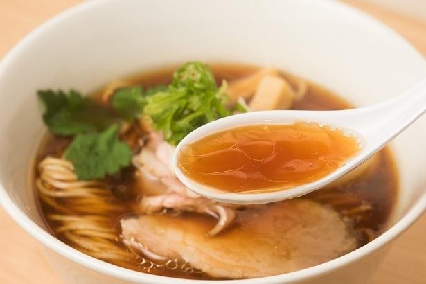 """""""鶏と水""""のみでダシを取り、醤油ダレを合わせたスープ。鶏の旨味がじんわりと広がる奥深い味わい。鶏油が効き、コクもしっかり"""