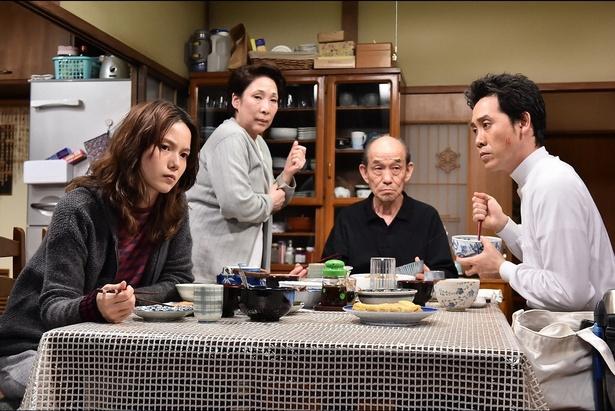 家族を演じる宮崎あおい、波乃久里子、笹野高史、大泉洋(写真左から)
