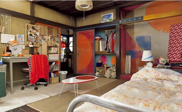 鈴愛の部屋にはデッサン人形が置いてある。よく見ると壁面や押し入れもカラフル