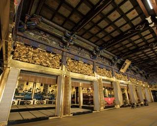 天井にさまざまな彫刻が見られるフォトスポット、通天橋
