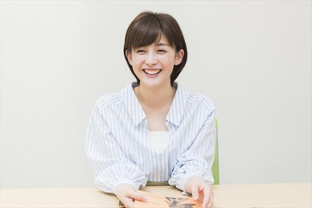 台本を手に笑顔でインタビューに応える宮司アナ