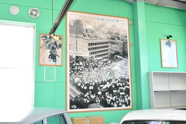 昭和の福岡の街の様子を写した写真がアチコチに飾られている