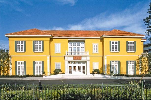 大きな窓やポーチが特徴的な「戸塚崎陽軒」