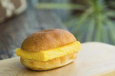「すしやの玉子サンド」410円。ふわりと甘く、なめらかな卵焼きと、香り高いコッペパンは相思相愛のコンビ