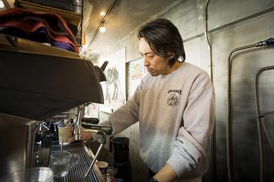 コーヒーをいれる鈴木さん。通常の3倍ほどのコーヒー豆を使い、しっかり骨太のエスプレッソを抽出する