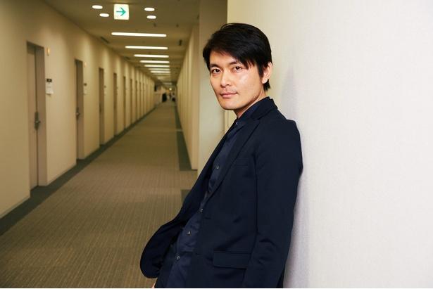 「何もかも吹き飛ばすドラマにしたい」と語る古沢