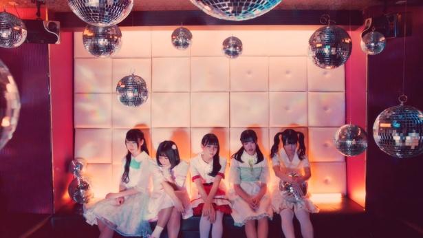 【写真を見る】「HAPPY PARTY NIGHT」のMVでは、神宿がパーティールームでノリノリに!