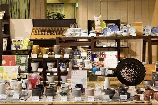 「器屋にしやま 博多リバレインモール店」。取り扱う窯元は約30窯。シンプル&モダンな器が中心で女性客も多い