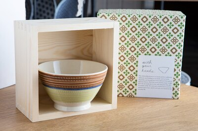「with your hands 」の「茶碗」(2700円〜、写真は3240円)。升箱に入り各器をモチーフにしたオリジナルパッケージで包む