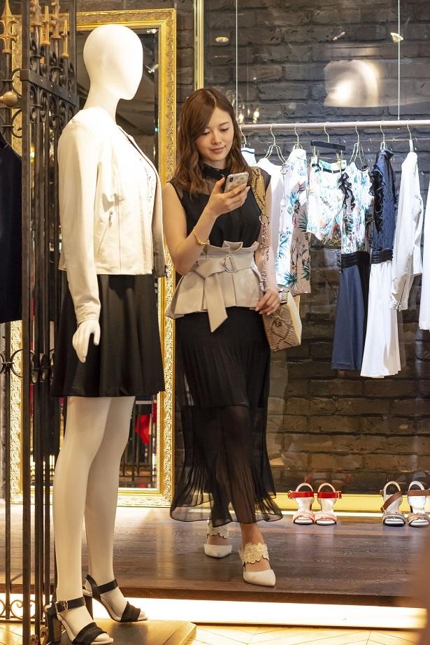 【写真を見る】オシャレな衣装に身を包んだ白石麻衣の全身カット公開!