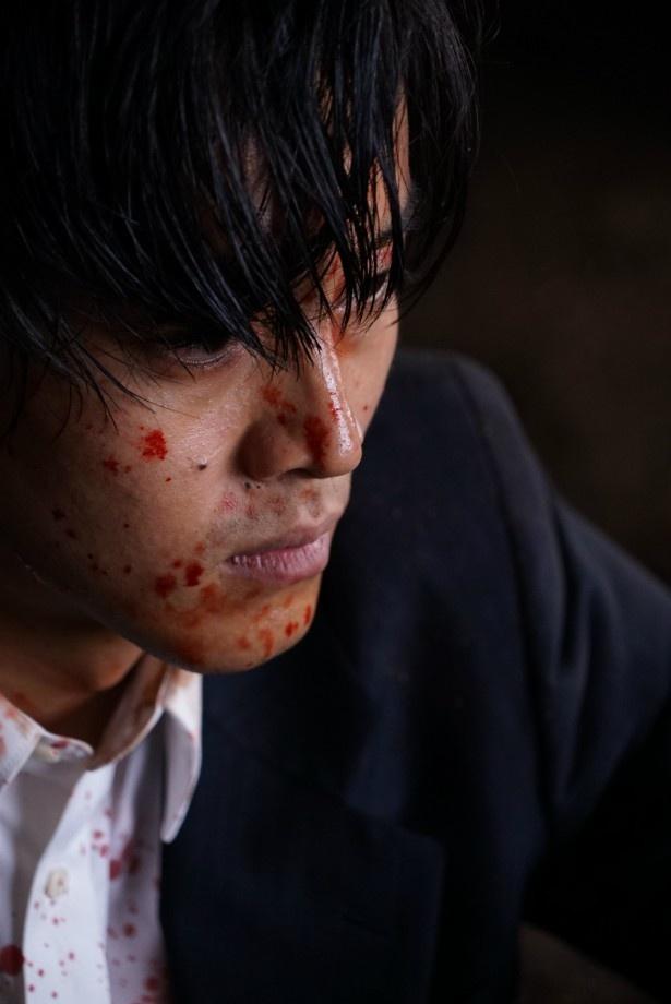 【写真を見る】血しぶきを浴びた松坂桃李の鬼気迫る表情にドキリ