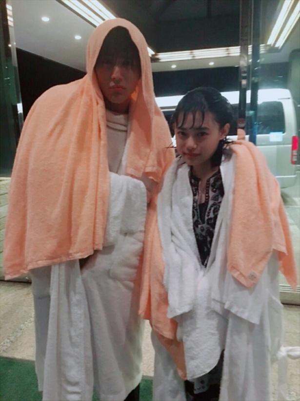 【写真を見る】杉咲花と仲良くずぶ濡れ!?