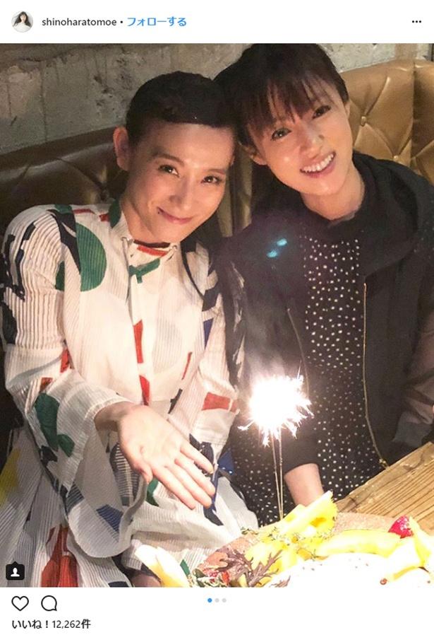 【写真を見る】大親友の深キョンから誕生日を祝福されるシノラー