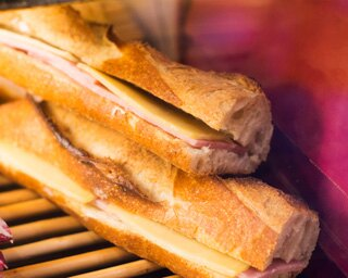 「ジャンボン・フロマージュ」950円。サンドイッチの数を見ながら、随時補充する