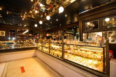 【写真を見る】パン約50種類、ケーキ約20種類、焼菓子約20種類など約100種類の商品が並ぶ