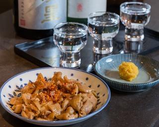 「おいしい九州の酒と食」に特化した店で、日本酒の呑み比べ(3種類で1000円)もできる。ペースト状の生カラスミ(500円)や味付鶏かわ(500円)などつまみと共に召し上がれ