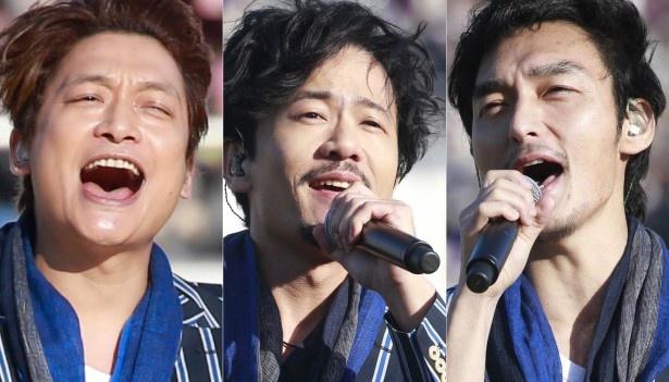 【写真を見る】晴れやかに歌う3人!