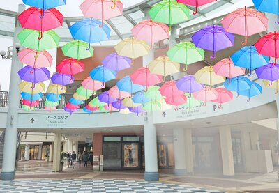 ノースエリア センタープラザの装飾イメージ。鮮やかな色の傘が頭上を覆うさまは実にフォトジェニック!