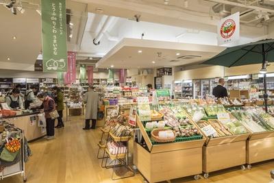 東京メトロ新橋駅3番出口に直結とアクセスも至便。催事などのイベントも多数開催