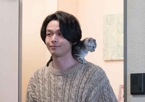 """【写真を見る】中村倫也と""""肩乗りネコ""""が似ている…!? かわいすぎると大反響!"""