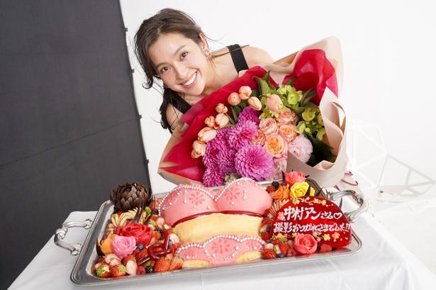 中村アンはサプライズで贈られた「ミラクルブラケーキ」を前に笑顔を見せる