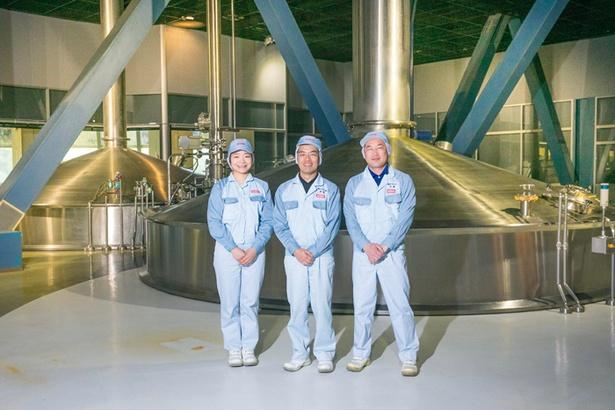 【写真を見る】私たちがつくっています!左から、今井明さん、醸造長 杉原真麻さん、近藤剛さん