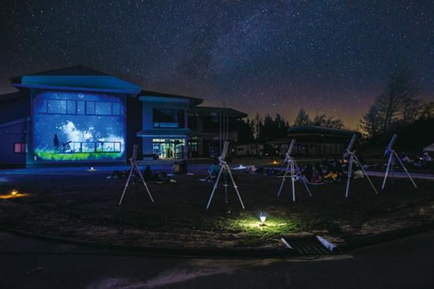 【写真を見る】月が明るく星が見えにくい夜は、会場に天体望遠鏡を設置する