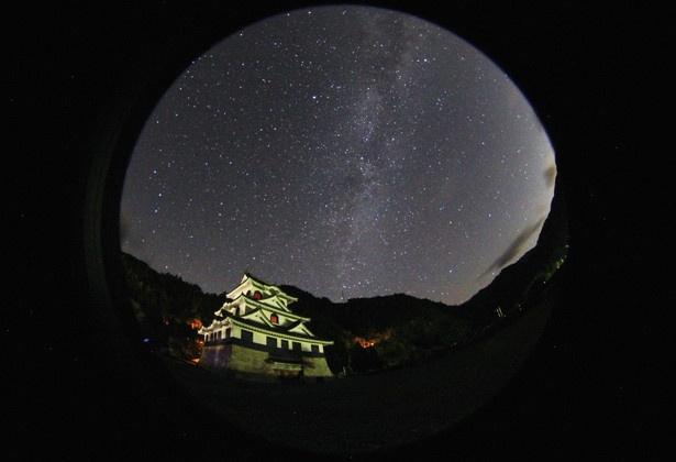 藤橋城前より星空を望む。近くには、反射望遠鏡がある西美濃天文台(高校生以上300円)も