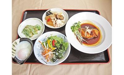 メイン料理は写真の「煮魚やさしい味付け」(1080円)など4種